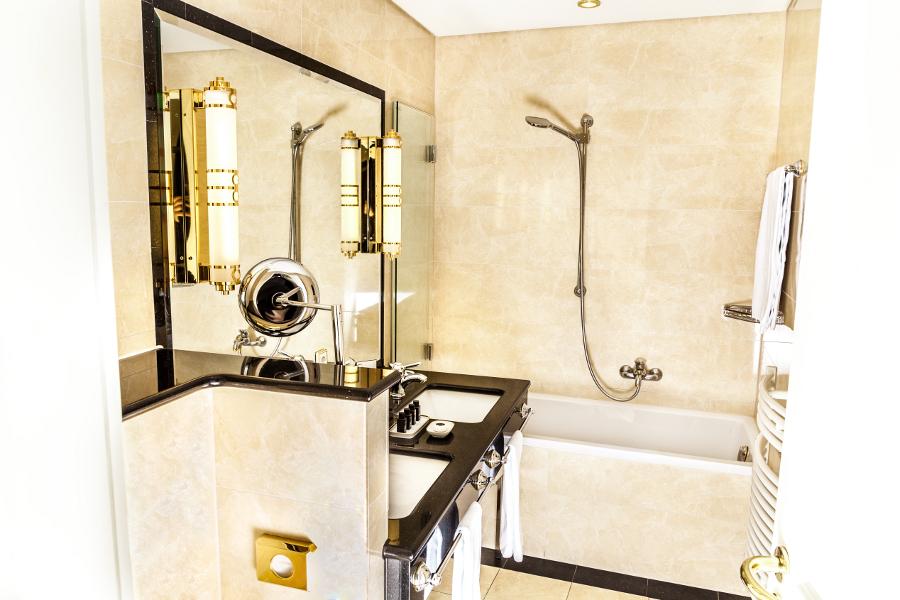 ... Das Badezimmer Mit Doppelwaschbecken Und In Der Wand Eingelassenem  Fernseher